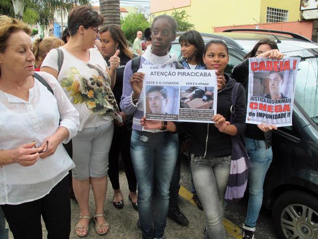 Manifestantes pedem a prisão do dono do rottweiller Lobo em frente à clínica veterinária onde o animal morreu, em Piracicaba (Foto: Marcelo Mora/G1)