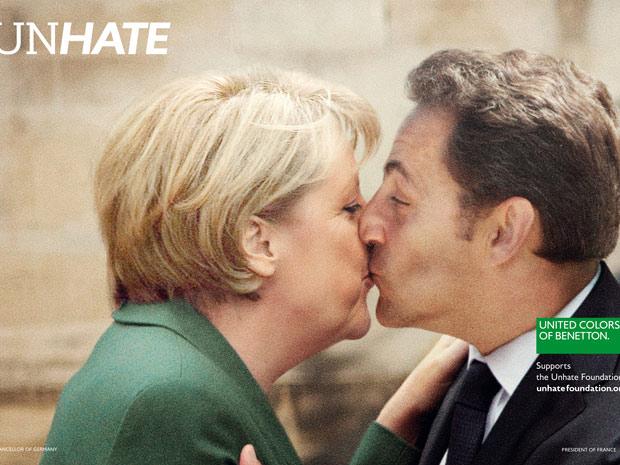 Campanha mostra, em fotomontagem, beijo entre a chanceler alemã, Angela Merkel e o presidente francês, Nicolas Sarkozy. (Foto: Divulgação)