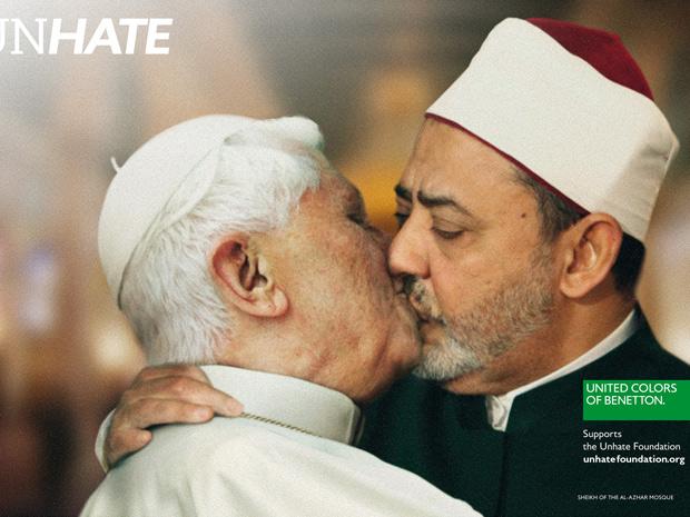Papa Bento XVI aparentemente beijando o Imã do Cairo na boca em uma fotomontagem. (Foto: Divulgação)