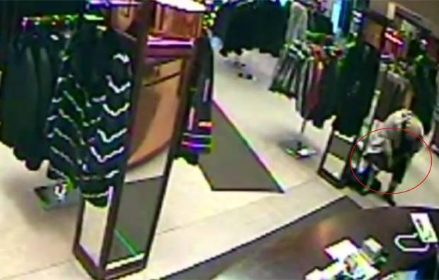 Ladra foi filmada escondendo casaco de US$ 6,5 mil na calcinha. (Foto: Reprodução)