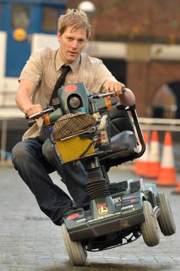 Inventor britânico Colin Furze criou um carrinho motorizado que alcança 115,21 km/h. (Foto: Ben Stansall/AFP)