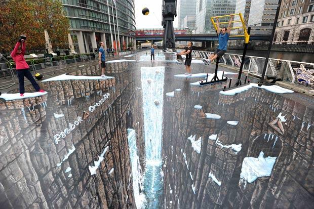 O artista britânico Joe Hill criou a maior pintura 3D do mundo. A obra de 1.120 metros quadrados foi pintada no distrito financeiro de Canary Wharf, em Londres. (Foto: Paul Hackett/Reuters)
