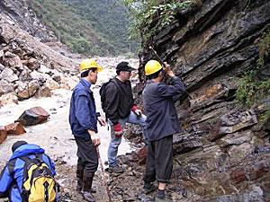O cientista Charles Henderson (meio) retira amostras no sul da China (Foto: Charles Henderson)