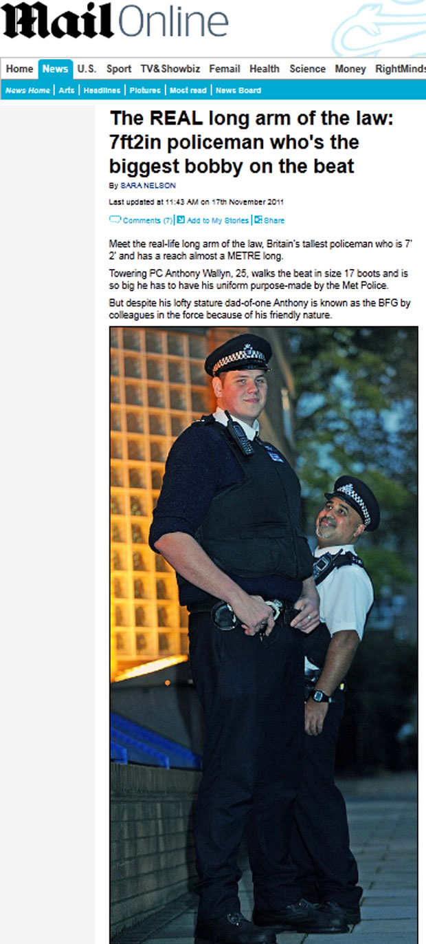 Anthony posa para foto ao lado de um colega policial com altura mais próxima da mediana no Reino Unido (Foto: Reprodução/Daily Mail)