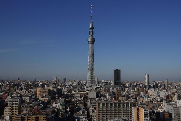 Tokyo Sky Tree é vista entre edifícios de Tóquio, que ao seu lado parecem baixos (Foto: Hiro Komae/AP)
