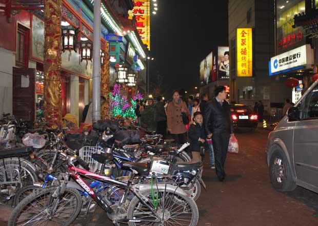 Em ruas movimentadas de Pequim, estacionamentos para bicicletas vivem lotados (Foto: Leopoldo Godoy/G1)