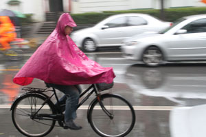 Chuva não separa chineses de seu meio de transporte favorito (Foto: Leopoldo Godoy/G1)