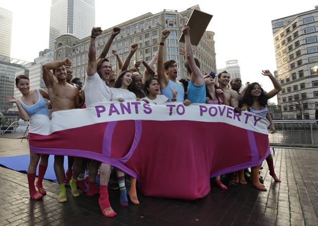 Usando roupa íntima, 57 participantes se espremeram dentro de uma cueca de medindo cinco metros de comprimento por 1,5 metro de largura em Londres e estabeleceram um novo recorde mundial. (Foto: Matt Dunham/AP)