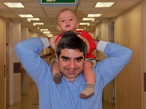 Guilherme sai do hospital em companhia do pai Luis Claudio; apesar de ter recebido alta, ele ainda precisa ir ao hospital três vezes por semana (Foto: Arquivo pessoal)