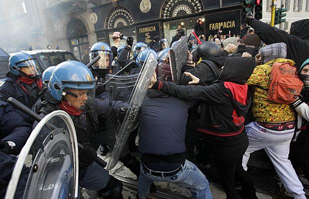 Universitários entram em confronto com a polícia em Milão, durante um protesto organizado também em Roma contra cortes no investimento e falta de emprego  (Foto: Luca Bruno/Ap)