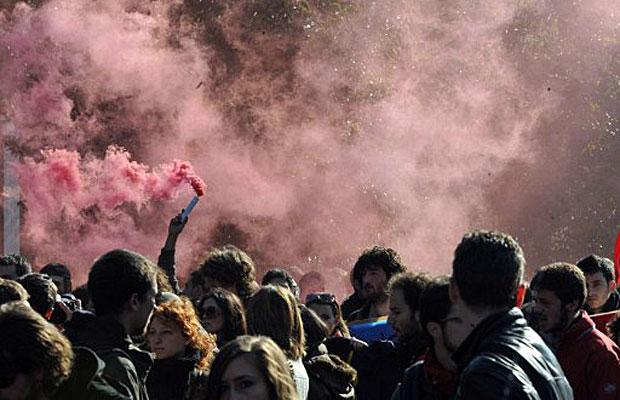 A manifestação, também ocorrida em Roma, acontece horas antes de o novo premiê Mario Monte revelar sua estratégia anticrise no Parlamento  (Foto: Andreas Solaro/AFP)