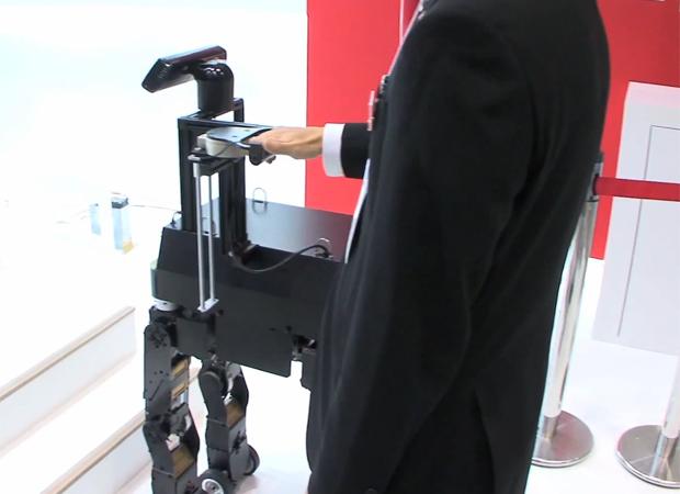 Homem demonstra o robô, que ainda é um protótipo. A fabricante afirma que agora irá focar seus esforços em desenvolver os aspectos de segurança do produto, para que ele possa ser vendido (Foto: Reprodução)