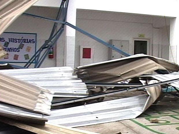 Rajadas de vento destelharam escola em São Mateus (Foto: Reprodução/TV Gazeta Norte)