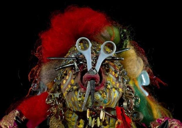 Artista exibiu uma tesoura cravada na língua durante um festival. (Foto: Juan Barreto/AFP)