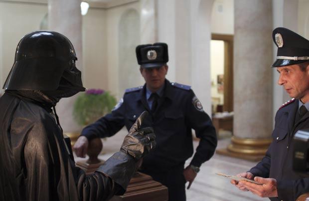 Morador foi fantasiado de Darth Vader protestou na prefeitura de Odessa. (Foto: Reuters)
