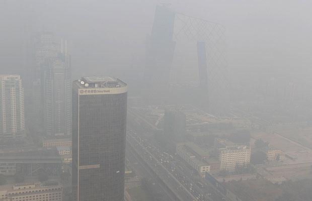 Prédios em Pequim em dia de grande poluição na capital chinesa (Foto: Jason Lee/Reuters)