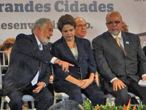 A presidente Dilma Rousseff em Salvador, ao lado do governador Jaques Wagner (esq.) e do ministro das Cidades, Mario Negromonte (Foto: Lilian Marques / G1)