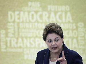 A presidente Dilma Rousseff na cerimônia de sanção da lei que criou a Comissão da Verdade (Foto: Ueslei Marcelino / Reuters)