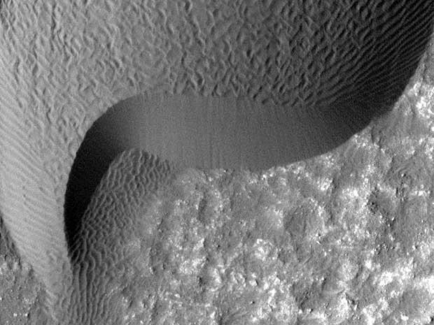 Imagem da Nasa mostra dunas de Marte que se 'movimentaram' cerca de dois mestros entre março de 2007 e dezembro de 2010. (Foto: Nasa / AP Photo)