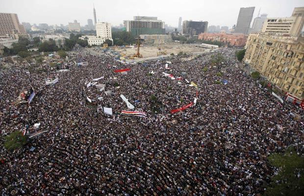 Manifestantes lotam a Praça Tahrir pedindo pressa nas reformas, nesta sexta-feira (18), no Cairo (Foto: AP)