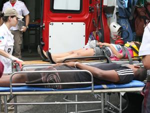 Jovem de 16 anos e criança de 10 são levados para o hospital (Foto: Jadson Marques / AE)