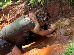 Calouros de agronomia da UnB 'mergulham em piscima de lama'  (Foto: UnB Agência)
