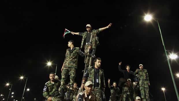 Parada militar nesta quinta-feira (17) celebra, em Trípoli, a queda do regime de Muammar Kadhafi (Foto: Reuters)