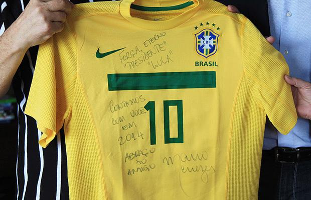 Detalhe da camisa que Mano Menezes deu de presente a Lula (Foto: Ricardo Stuckert / Divulgação / Instituto Lula)