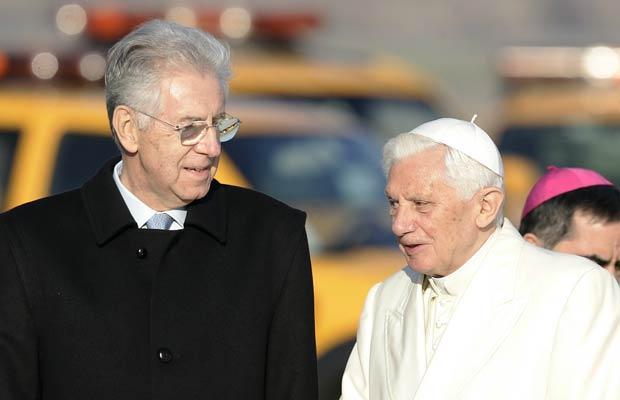 O premiê da Itália, Mario Monti, encontra o Papa Bento XVI no aeroporto de Roma nesta sexta-feira (18) (Foto: AP)