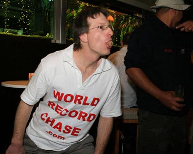 Alastair Galpin lançou com a boca uma rolha de champanhe a sete metros e dez centímetros de distância. (Foto: Reprodução/Guinness)