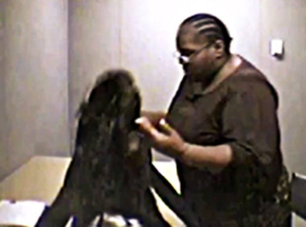 Mulher só retirou casaco do 'esconderijo' após três dias na cadeia. (Foto: Reprodução)