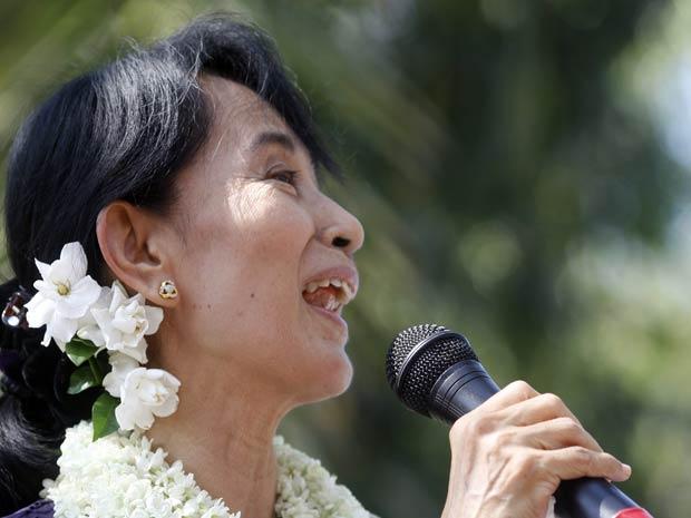 Suu Kyi discursa nesta sexta-feira (18) em Yangon, capital de Mianmar (Foto: Reuters)