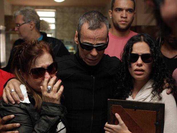 Carlinhos de Jesus chega a velório do filho acompanhado por parentes (Foto: Fábio Guimarães / Ag. O Globo)