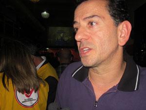 Fernando Leite treinou funcionários para abordar clientes corretamente (Foto: Rafael Oliveira / G1)