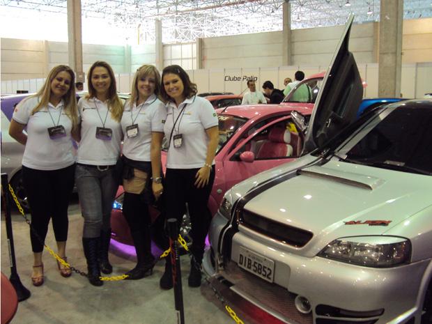 Jomara Ferreira divide com amigas gosto por carros tunados (Foto: Rodrigo Mora)