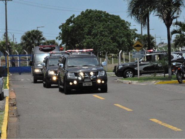 Comboio deixa aeroporto de Campo Grande e segue para presídio (Foto: Ricardo Campos Jr./G1 MS)
