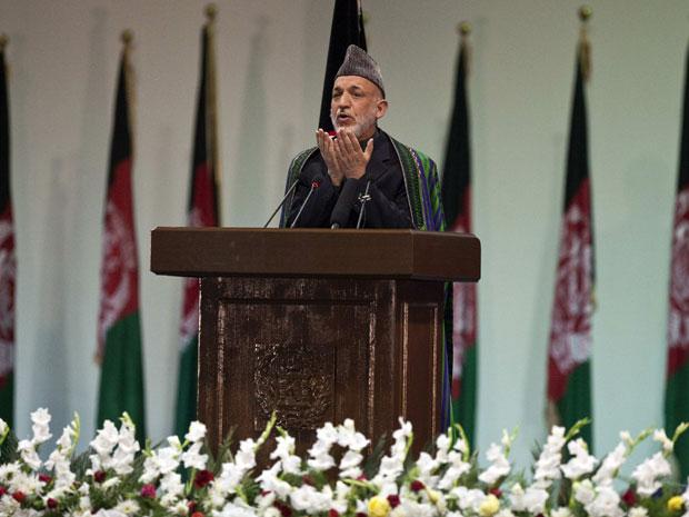 O presidente afegão Hamid Karzai discursa durante o encerramento da assembleia, em Cabul (Foto: Reuters/Ahmad Masood)