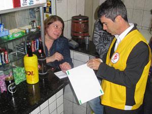 Risalva Silva Cruz é dona do primeiro bar autuado pela nova lei antiálcool (Foto: Rafael Oliveira / G1)
