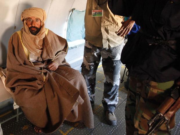Saif al-Islam, filho de Muammar Kadhafi, no avião que o levou do sul para o norte da Líbia, após sua captura (Foto: Ismail Zitouny/Reuters)