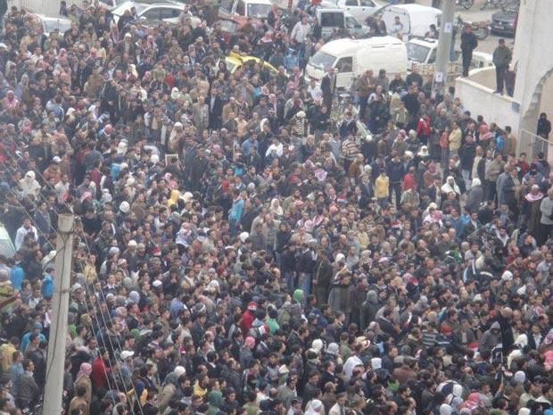 Protestos de sexta-feira (18) contra o presidente sírio Bashar al-Asad, na cidade de Kafranbel (Foto: Reuters/Divulgação)