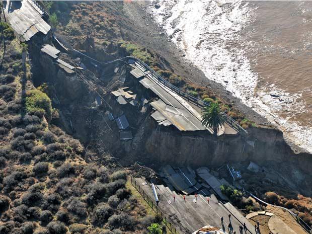 Trecho de rodovia à beira mar em San Pedro, na Califórnia, que ruiu após a forte tempestade que atingiu a região na véspera, é vista nesta segunda-feira (21) (Foto: AP)