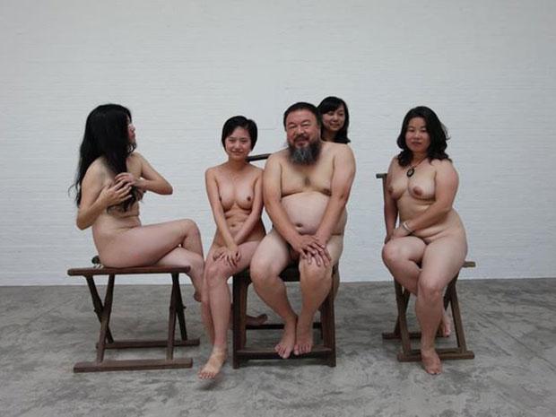 Artista chinês Ai Weiwei e quatro mulheres aparecem nus em imagem de novembro de 2011 (Foto: Reuters/Zhao Zhao/)