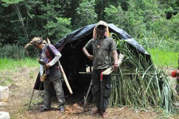 Barraco de galhos, lona e bambu feita pelos indígenas na área de conflito em MS (Foto: Tatiane Queiroz/G1 MS)