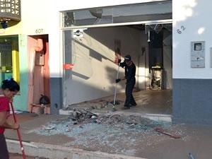 Assaltantes invadiram agência na madrugada desta segunda-feira. (Foto: Nelson Alves)