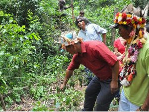 Indígenas mostram local onde cacique teria sido atingido por disparos em acampamento de MS (Foto: Tatiane Queiroz/G1 MS)