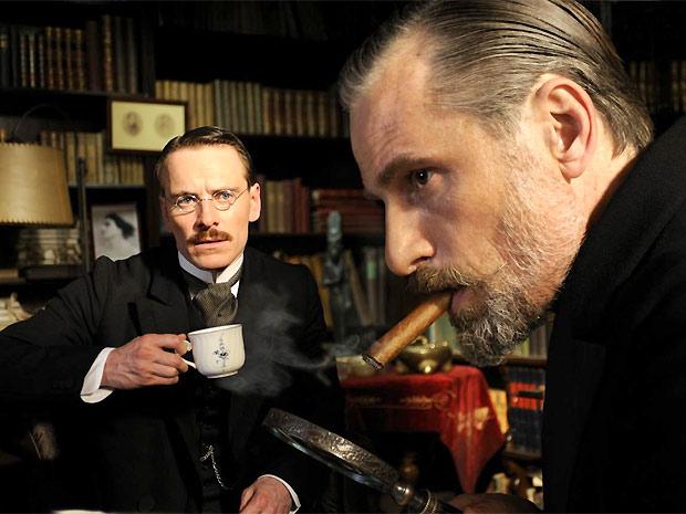 Carl Jung (interpretado por Michael Fassbender) e Freud formarão um triângulo amoroso com a desconhecida Sabina Speilrein (Keira Knightley), uma psiquiatra que foi paciente dos dois (Foto: Divulgação)