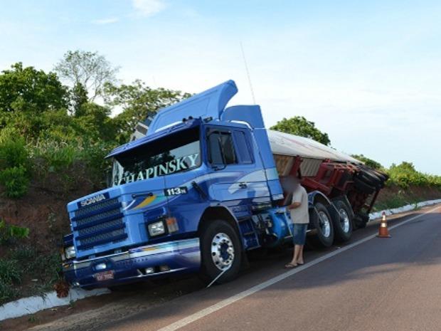 A carroceria de uma carreta tombou às margens da BR-163, entre os Municípios de Rio Verde e Coxim, a aproximadamente 243 quilômetros de Campo Grande. (Foto: Maikon Leal / Coxim Agora)