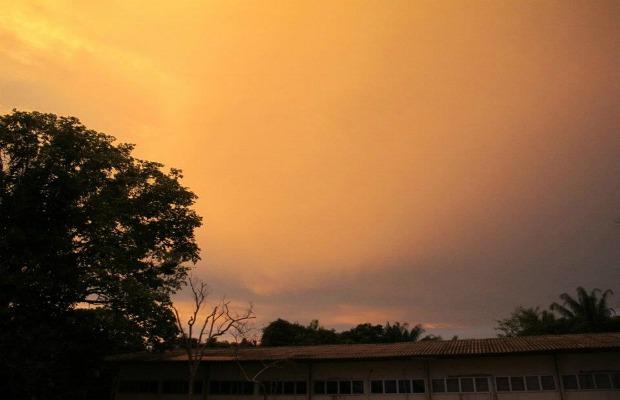 Halo solar atraiu a atenção da população no fim de tarde desta segunda-feira (21) (Foto: Anderson Vasconcelos/G1)
