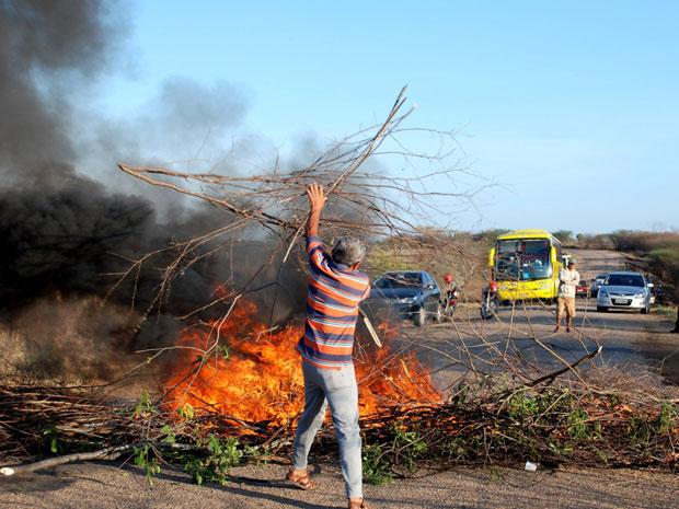 Protestantes interditam rodovia da Paraíba (Foto: Airton Fotografias)