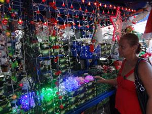 Camelôs vendem lâmpadas a partir de R$0,50 (Foto: Luna Markman/G1)